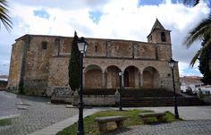 Iglesia de la Degollación de San Juan Bautista. Ibahernando (Cáceres), principios siglo VII. Aunque sobre ella se superponen distintas épocas y estilos arquitectónicos, conserva vestigios visigodos como es la cabecera y la bóveda de herradura.