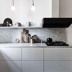 Vi drømmer om denne nydelige benkeplaten i marmor Sjekk ut vår kjøkkenspesial i april-utgaven. Foto: Nicoline Olsen/Vkstockimages