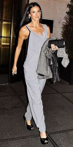 Jumpsuit elegante per Demi Moore Demi Moore, Jumpsuit Elegante, Celebrity Style Casual, Young Celebrities, Grunge Hair, Winter Fashion Outfits, Beautiful Actresses, Street Style, Hollywood