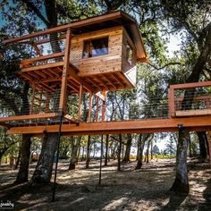 How To Build A Treehouse ? This Tree House Design Ideas For Adult and Kids, Simple and easy. can also be used as a place (to live in), Amazing Tiny treehouse kids, Architecture Modern Luxury treehouse interior cozy Backyard Small treehouse masters Modern Tree House, Tree House Plans, Woodland House, Looking For Houses, Cool Tree Houses, Tree House Designs, Patio Design, Backyard Designs, House In The Woods