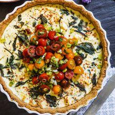 Spenat- och fetaostpaj med tomatsallad - recept | Mitt kök Lunch Recipes, Cake Recipes, Vegan Recipes, Vegan Food, Gazpacho, Healthy Choices, Vegetable Pizza, Feta, Good Food