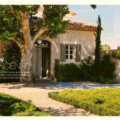 Splendide bastide provencale qui semble être là depuis toujours de l'architecte Hugues Bosc... Inspiration Design, Saint Tropez, Decoration Design, Photos, Villa, Backyard, France, Mansions, Bonnieux