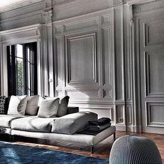 Luz e sombra destacam os relevos da parede #lindo #boiserie #decor #design #homedecor #getinspired #radardesign