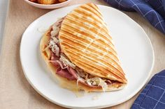 Explore our easy Grilled Reuben Flatbread recipe. Requiring just 5 ingredients, our Grilled Reuben Flatbread is as simple as it is scrumptious. Easy Sandwich Recipes, Lunch Box Recipes, Soup And Sandwich, Dinner Recipes, Reuben Sandwich, Easy Recipes, 15 Minute Dinners, Easy Dinners, Flatbread Recipes