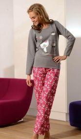 """Tej zimy nikt nie zmarznie. Ciepła, miła piżama wykonana z grubej mięsistej bawełny. Śmiało może służyć również jako odzież domowa - dres.  Limitowana edycja """"zima 2012""""  Góra piżamki w kolorze szarym.  Na piersi nadruk z kotkami.  Spodnie długie, w kolorze różowym we wzór nawiązujący do góry piżamy.  W pasie wygodna gumka.  Materiał - 100 % bawełna.  POLSKI PRODUCENT DOBRANOCKA"""