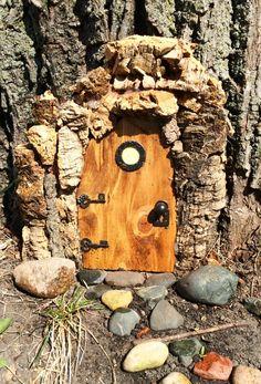 Türrahmen selber machen aus Rinde Elves And Fairies, Fairy Doors, Tree Stump, Garden Photos, Fairy Houses, Land Art, Decoration, Miniatures, Wood