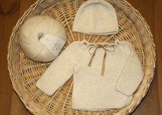 Jersey de bebé de alpaca con lazo en el escote. Materiales para talla 0-3 meses, a la venta en Inke. FINE LACE de Rowan 100 gr (tejido con 2 hebras) Agujas nº3.5 5 botones 1m...
