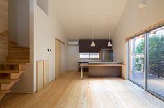 南海トラフ地震による津波災害の対策の一環として、 高台に開発された分譲住宅地である串本町サンゴ台の一角にあり、 個性的なワンボックスの空間となっています。 木々に囲まれた庭にあるデッキを通して、四季折々の自然の変化を感じることができます。また、風通しを考え、窓の配置を工夫しました。 自然に触れ、心豊かに過ごせる住まいのデザインとなっています。 オーナーのIさんからは「伸びやかな吹き抜けの空間が、家が広くなったように感じられ、また2階にいる家族の様子も分かることが嬉しい」とのこと。