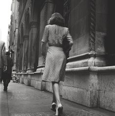 Kubrick, fotografo 16enne: nei suoi scatti il futuro talento � - Stanley Kubrick Street Conversations – Woman walking down the street, 1946. Courtesy Museum of the City of New York, Geschenk von Cowles Communications, Inc. © SK Film Archives, LLC