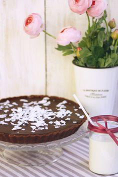 Kókuszos tarte Mindig is rajongtam azokért a sütikért, ahol a tészta csak azért van, hogy keretet adjon a tölteléknek, és kóstolás közben még inkább kihozza a süti jellegét adó ízeket. Ez a tarte az, aminek látszik: kókusz fehér csokiban érlelve, kakaós-mogyorós formába téve, és nyakon öntve egy tisztességes adag csokoládéval. Ennyi. Egyszerűen felejthetetlen.   Neked Cake Budapest