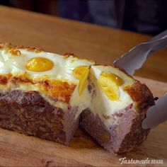 Meatloaf A bed of cheese is the perfect accessory to this classic dish when you want to kick it up a notch.A bed of cheese is the perfect accessory to this classic dish when you want to kick it up a notch. Meat Recipes, Low Carb Recipes, Cooking Recipes, Healthy Recipes, Recipes Dinner, Cheese Recipes, Dinner Ideas, Cooking Tv, Cooking Bread