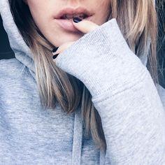 lips, skin, blonde hair, dark manicure, poschstyle