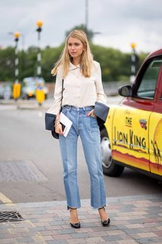 camisa branca, jeans, scarpin preto, bolsa a tiracolo preta, pernille teisbaek inspiração street style