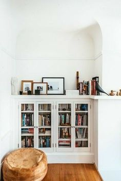 Style At Home, Cheap Home Decor, Diy Home Decor, Decor Crafts, Living Room Designs, Living Spaces, Bookshelf Design, Bookshelf Styling, Built In Bookcase