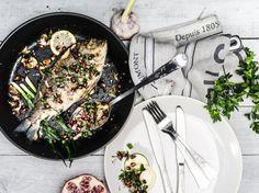 lock.stoff - photographie, gilthead with fresh herbs, roasted garlic, salt,...