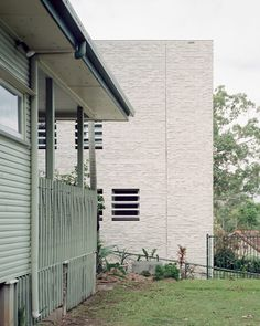 The site for the house is on a spur in the foothills of Mount Coot-tha in western Brisbane, a massif formed by granite movement in the late Triassic period. Residential Architecture, Contemporary Architecture, Bartlett School Of Architecture, Main Entrance Door, House Front Door, Melbourne House, Brick Facade, Brickwork, White Houses