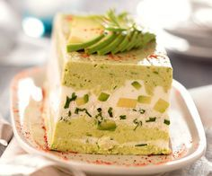 En entrée, cette terrine d'avocat au crabe convaincra tout le monde de vos ta… As a starter, this terrine of crab avocado will convince everyone of your culinary skills! Seafood Recipes, Gourmet Recipes, Cooking Recipes, Quiche Recipes, Cake Recipes, Terrine Recipes, Tapas, Avocado Dishes, Food Cakes
