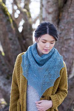 Ажурная треугольная шаль Amarilli, wool people 10. Дизайнер: Amy Van de Laar.  О дизайне. Эми Ван де Лаар: «Я наслаждалась, экспериментируя с ромбовидными ажурными мотивами, и как органично шаль вырастает из них. Я люблю гармонию и равновесие.  На эту шаль меня вдохновили цветущие луковичные растения – крокусы, лилии, амариллисы».