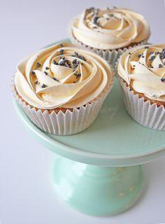 Glutenfria citron- och vallmocupcakes med marängfrosting