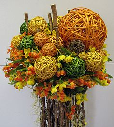 Красивое украшение для дома из шаров и искусственных цветов