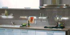 iluminação diferente. só não sei se é boa ideia o escorredor de pratos em cima da lâmpada...
