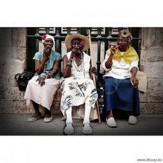 PR Interiors Glass Art Glazen Kader 120 Wandpaneel Rokende Dames-vrouwen Havana Cuba in kleur