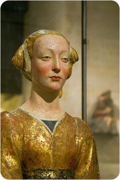 Desiderio da SETTIGNANO (entourage de)  Sainte Constance, dite La Belle Florentine Troisième quart du XVe siècle Bois polychromé et doré H. : 0,55 m. ; L. : 0,47 m. ; P. : 0,27 m.  Transcription de l'inscription sur la ceinture, retrouvée en 2006 pendant la restauration de l'oeuvre Face : [SANCTA CO]STA[NTIA, FIL]IA Arrière : [DO]ROTHEI REGIS CO[N]STA[N]TI[N]OPO[LITANI] Traduction : « Sainte Constance, fille de Dorothée, roi de Constantinople. »