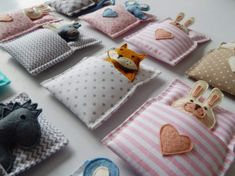 Softies in Sleeping Bags, sleep softies – Spielzeug Sewing Toys, Sewing Crafts, Sewing Projects, Felt Projects, Softies, Sewing For Kids, Diy For Kids, Diy Quilt, Felt Crafts