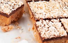 coconut and chocolate bars Krispie Treats, Rice Krispies, Peanut Butter Biscuits, Caramel, Recipies, Coconut, Chocolate Bars, Baking, Cake