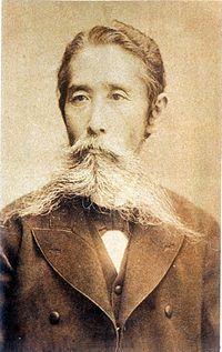 Leader of liberal movement in Meiji period. 自由民権運動の始まり:土佐藩出身の板垣退助は、1874(明治7)年、政府に国会の開設を求める「民撰議院設立建白書」を提出しました。薩長を中心とした「藩閥政治」をやめ、国民が政治に参加することを求めたのです。「自由民権運動」の始まりです。板垣は、反乱や武力ではなく、演説会や新聞を使って運動しました。「自由」とは、「人は幸福を求める権利を誰からも奪われないこと」。「民権」は、「国民が政治に参加する権利」のことです。