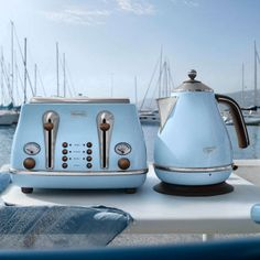 DeLonghi Icona Vintage Kettle in Azure Gloss - blue retro kettle Kettle And Toaster Set, 50s Style Kitchens, Retro Caravan, Red Candy, Vw T1, Color Azul, Kitchen Layout, Rustic Kitchen, Industrial Design