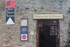 Belcastel (Aveyron, France) La porte d'accès touristique dans le château fort.