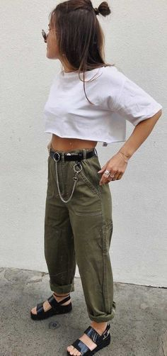 12 looks simples e estilosos para dias de pressa – Top cropped branc… 12 simple and elegant looks for fast days – White short top, black belt with chain, green cargo pants, plateau sandals made of birch Army Pants Outfit, Green Pants Outfit, Army Green Pants, Army Outfits, White Pants, Mode Outfits, Fashion Outfits, Ootd Fashion, Urban Outfits
