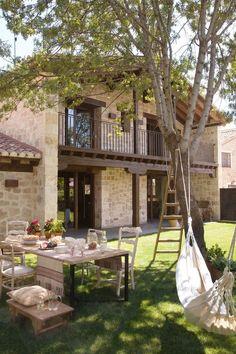 Тенистое и уютное место для летней столовой - рядом с домом под деревом. .