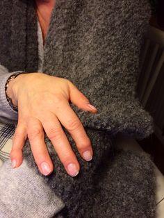 Roligt att göra vackra naglar. Korta, naturella och i all enkelhet.