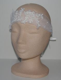 De nieuwe trend! Een bandanette. Een tule band met kant bewerkt, en parels all-over. Wordt gestrikt met dubbele linten. Je kan het ook gebruiken als haarband. bruidskindermode.nl. Trouwen, huwelijk, bruiloft, bruidskinderen, bruidsmeisjes, trouwaccessoires, communie.