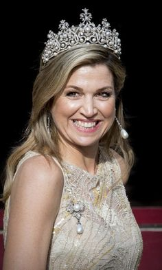Which shines brighter – Queen Maxima of the Netherlands' spectacular tiara or her famous contagious grin? The Dutch royal was all smiles at at a gala dinner for the Corps Diplomatic at the Royal Palace in Amsterdam on May 23. Royal Crowns, Royal Tiaras, Dutch Queen, Royal Beauty, Estilo Real, Gala Dinner, Royal Jewelry, Jewellery, Crown Princess Victoria