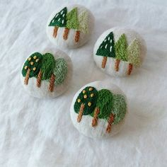 le coin couture 本 ネ ↟ sapins tannen firs ambiance noel christmas weihnachten trees embroidery textile Ribbon Embroidery, Embroidery Applique, Floral Embroidery, Cross Stitch Embroidery, Embroidery Patterns, Vintage Embroidery, Felt Crafts, Diy And Crafts, Christmas Pine Cones