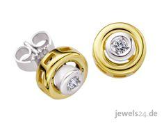 Diese edlen Solitaire Diamantohrstecker sind aus Gelbgold und Weißgold gearbeitet. In unserem Schmuck Shop www.jewels24.de finden Sie viele weitere elegante Schmuckstücke, mit denen Sie Ihrer Liebsten an Weihnachten eine Freude machen können. #diamantschmuck #diamantohrstecker #weihnachtsgeschenke #geschenkideen 375 Gold, Shops, Solitaire, Cufflinks, Wedding Rings, Engagement Rings, Accessories, Jewelry, Jewelry Shop