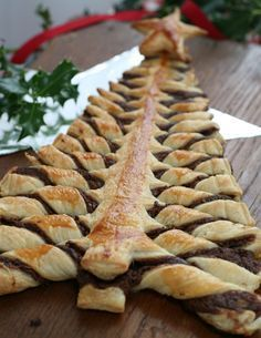 Nutella puff pastry Christmas tree - make with the kids! just a tub of Nutella and a packet of puff pastry is all you need for this gorgeous treat! Christmas Party Food, Xmas Food, Christmas Brunch, Christmas Breakfast, Christmas Cooking, Christmas Desserts, Christmas Treats, Christmas Tree Cake, Christmas Foods