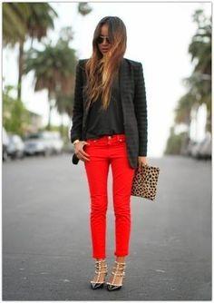 Harmonise un blazer noir avec un pantalon rouge pour un déjeuner le dimanche entre amies. Complète cet ensemble avec une paire de des escarpins en cuir à clous noirs pour afficher ton expertise vestimentaire.