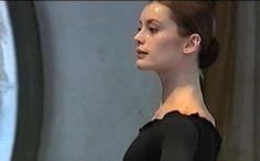 Concentration extrême lors d'une répétition du lac des cygnes à l'Opéra de Paris.