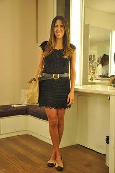 Andrea veste: Vestido e Cinto NK Store, Sapatilha Chanel, Bolsa Valentino, Pulseira JCrew e Anel Raphael Falci.