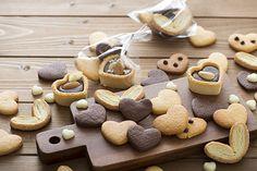 クッキーは、お菓子の中でもなじみの深いものですね。今回は数あるレシピの中から、「基本の形作り」「材料」「道具」「種類」「生地の味」からレシピを選んでいただけるようにまとめてみました。簡単に作れるもの、懐かしいあの味、アレルギーを考慮したもの、おしゃれな一品...お探しのレシピ探しにぜひお役立てください。