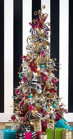 Mezcla de adornos de navidad clásicos y modernos, una de las tendencias en árboles de navidad para este 2016. #ArbolesDeNavidad2016
