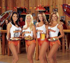 Rede de bares Hooters abre novo restaurante nos EUA em que as garçonetes não precisam se vestir de Paquita....