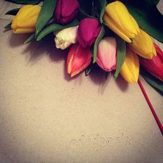 Bukiet tulipanów, niezależnie od koloru kwiatów, symbolizuje wdzięk i elegancję.   #Citybook #Citylight #flower #kwiaty #bukiet #kolory