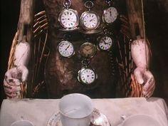 Frame tratto da Alice di Jan Svankmajer (1988).  Qui il Cappellaio Matto è un burattino/automa a cui la Lepre Marzolina appunta degli orologi imburrati al termine di ogni bevuta.   Tic-tac!
