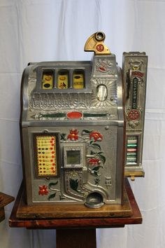 1929 5 ¢ mills novelty poinsettia side vendor gooseneck bell slot machine g Vendor Machine, Vintage Slot Machines, Gambling Machines, Shadow Box Art, Poinsettia Flower, Retro Images, Gumball, Vintage Ads, Thrifting