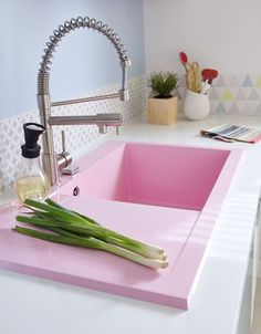 I kind of love this pink sink Kitsch, Kitchen Decor, Kitchen Design, Sweet Home Alabama, Open Concept Kitchen, Shabby, Colorful Decor, Home Renovation, My Dream Home